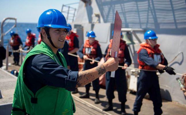 Tripulantes del 'USS Roosevelt' en plena operación de reabastecimiento en la mar. Foto US Navy / Collins