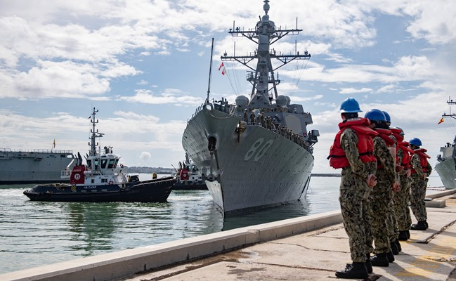 Imagen del 'USS Roosevelt' a su llegada hoy a la Base Naval de Rota. Foto US Navy / Katie Cox