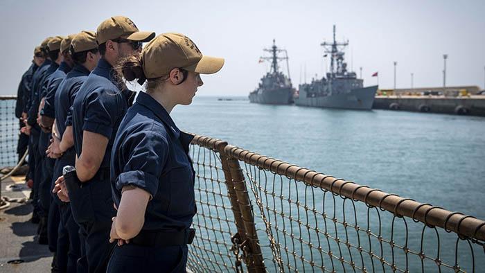 Tripulación del destructor USS Gravely entrando en la base de Rota. Foto Cameron Stoner/US Navy