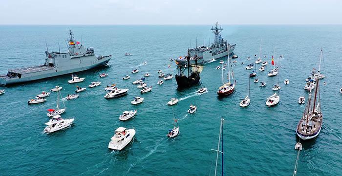 Vista aérea de las embarcaciones participantes en el homenaje. Foto Cuartel General de la Flota