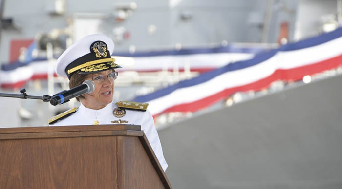La almirante de la VI Flota, Lisa Franchetti, durante su discurso el viernes en Rota. Foto Eduardo Otero/US Navy