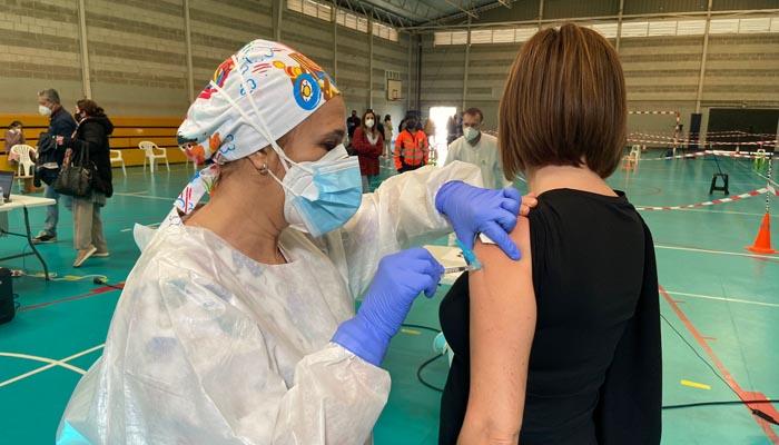 Una enfermera administrando una dosis de la vacuna