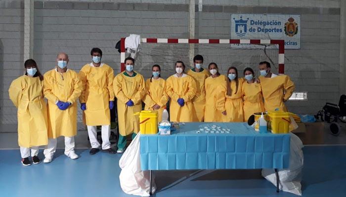 Personal sanitario encargado de administrar vacunas en Algeciras. Foto: Junta