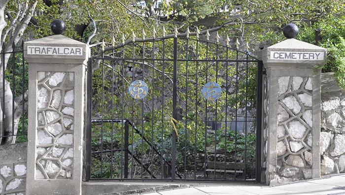 Valla de acceso al cementerio de Trafalgar en Gibraltar
