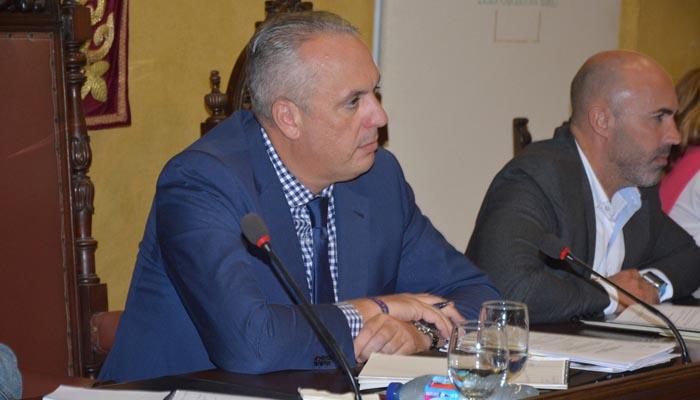 El alcalde de San Roque, Juan Carlos Ruiz Boix, durante el pleno