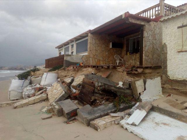 Destrozos causados por el temporal en una playa de la Bahía de Algeciras