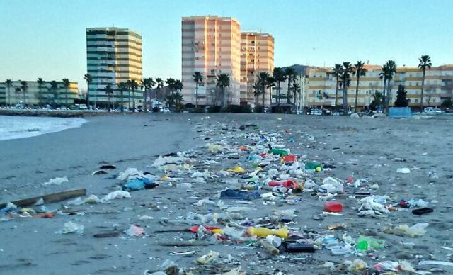 La playa de Poniente de La Línea, repleta de plásticos