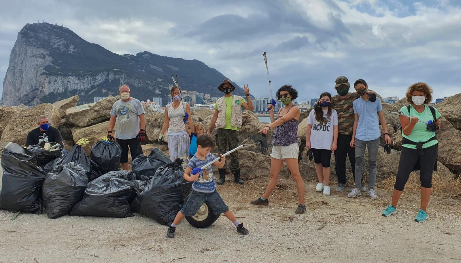 Mayores y pequeños participaron en la iniciativa. Foto Verdemar