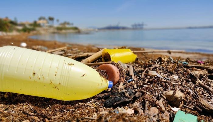 Imagen de residuos en la playa del Chinarral de Algeciras