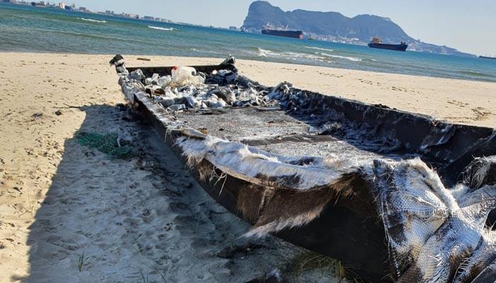 Imagen de la embarcación quemada en Algeciras