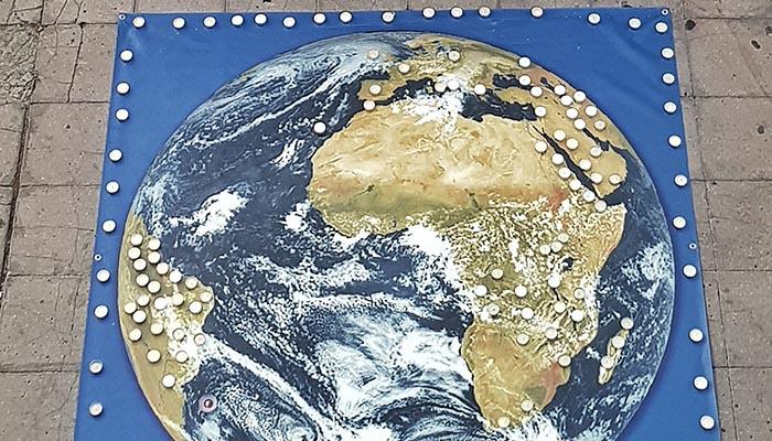 Imagen de la Tierra con las velas en los lugares donde hay incendios