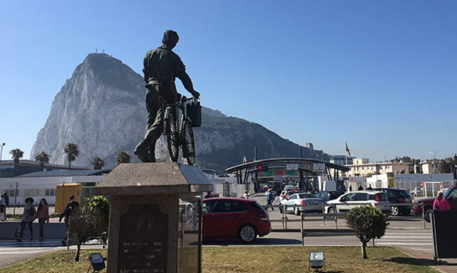 Monumento al trabajador español en Gibraltar, junto a la Verja