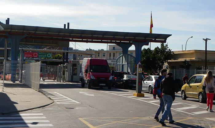 El Gobierno español quiere eliminar la parada de taxis situada junto a la verja