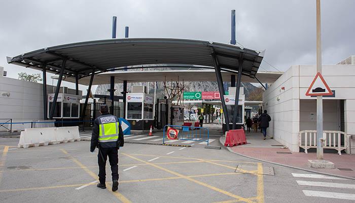 Verja a la entrada de Gibraltar. Foto Sergio Rodríguez