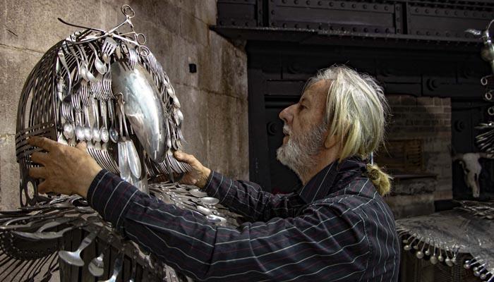 Víctor Quintanilla junto a una de sus esculturas