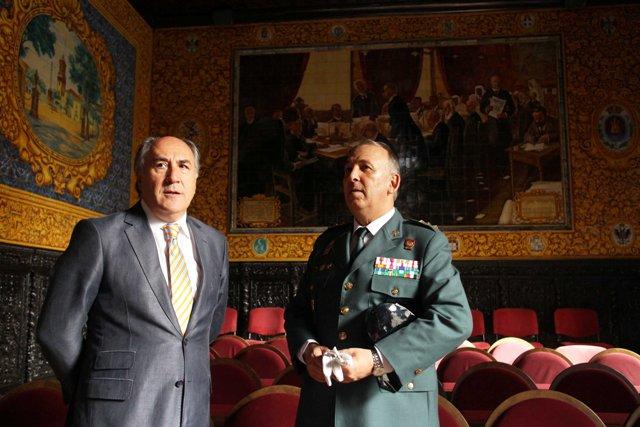 El coronel jefe de la Comandancia de Algeciras, Jesús Núñez, con el alcalde José Ignacio Landaluce