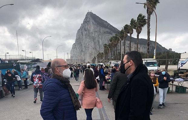 El concejal Alejandro Azuaga, esta mañana en el Mercadillo. Foto: lalínea.es