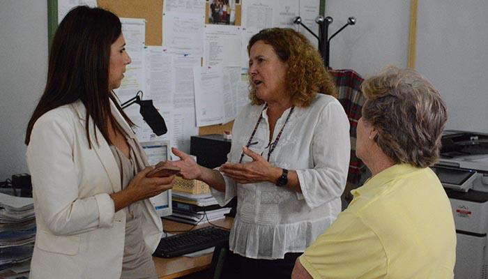 Belén Jiménez, a la izquierda, durante su visita al centro