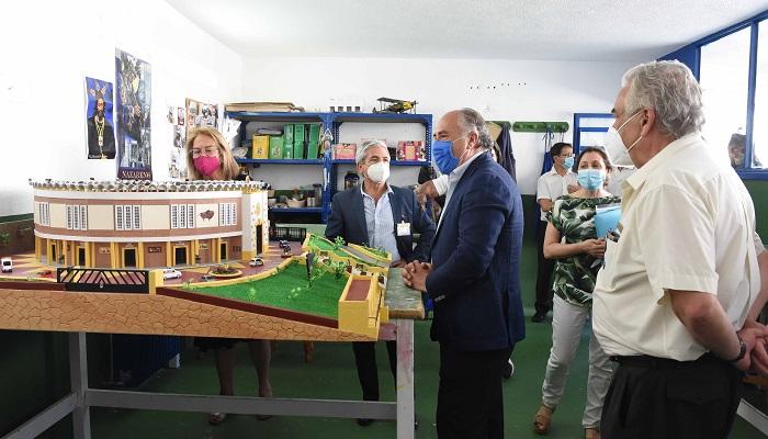 Reclusos entregan a Fiestas una maqueta de 'Las Palomas' de Algeciras