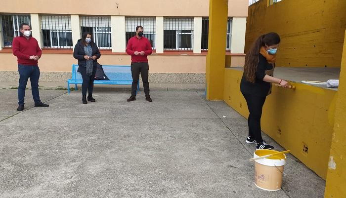 Algeciras realiza labores de mantenimiento en el colegio 'Los Arcos'