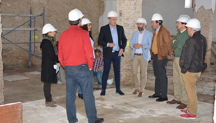 Visita del alcalde de San Roque a las obras del Pósito