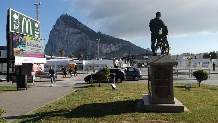 El paso de la verja entre La Línea y Gibraltar, con el Peñón al fondo