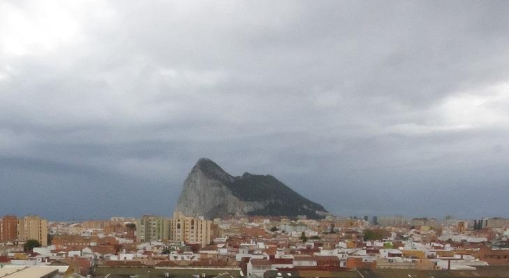 Una vista panorámica de La Línea con el Peñón de Gibraltar al fondo