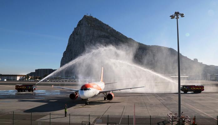El avión recibió los clásicos honores en su llegada al aeropuerto de Gibraltar