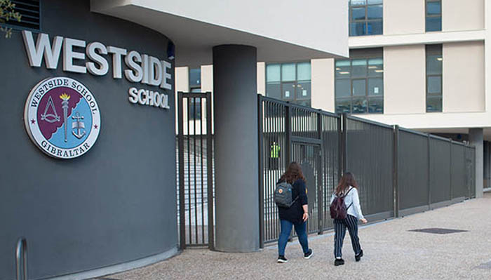 Dos estudiantes el pasado curso junto a uno de los centros escolares. Sergio Rodríguez