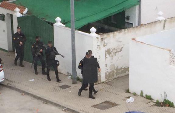 Agentes de la Policía Nacional durante la operación