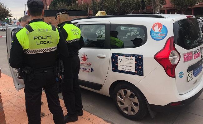 Un taxi de La Línea en una inspección reciente de la Policía Local