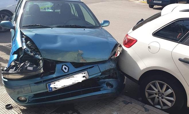 El vehículo azul se saltó una señal de Stop