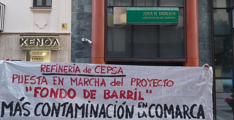 La pancarta ha sido desplegada junto a la sede del gobierno andaluz en Algeciras