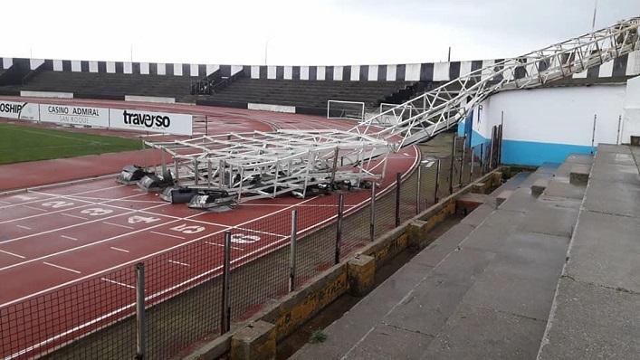 La torre de iluminación caída sobre el firme del Estadio Municipal