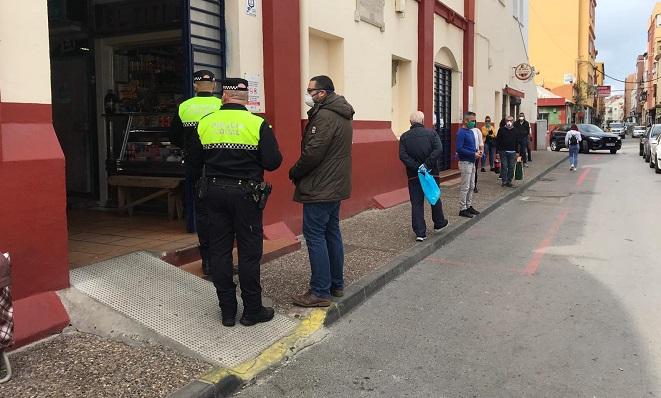 El concejal de Mercados, este sábado junto a Policía Local. Foto: Sergio Rodríguez