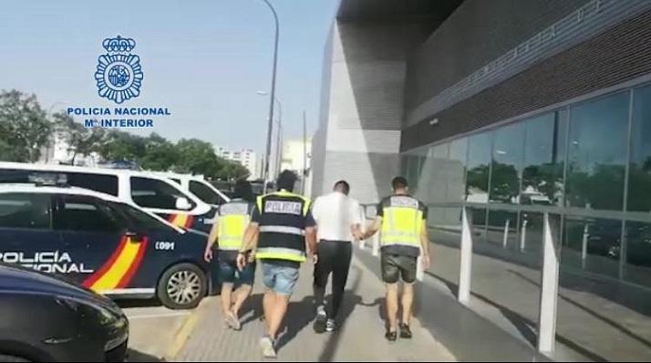 El detenido junto a efectivos del Cuerpo Nacional de Policía