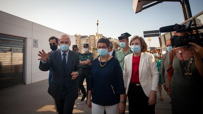 La ministra, esta tarde durante su visita a la Verja. Foto: Sergio Rodríguez