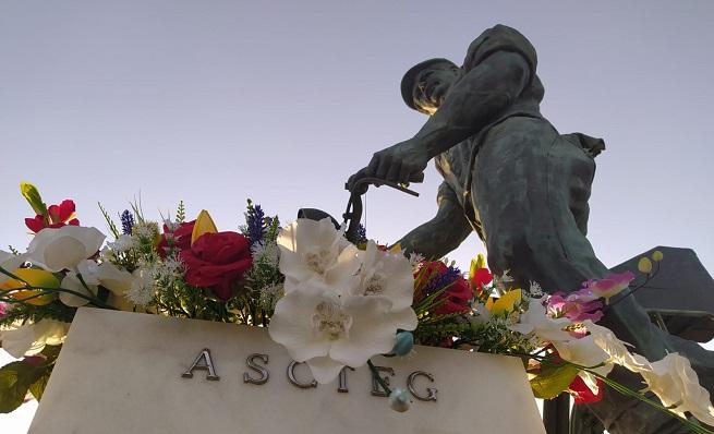 Flores sobre la estatua en homenaje al trabajador transfronterizo