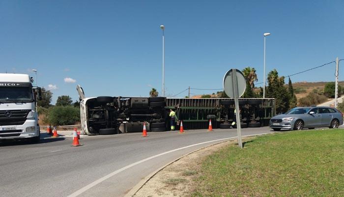 El camión ha volcado en la rotonda de acceso a San Enrique