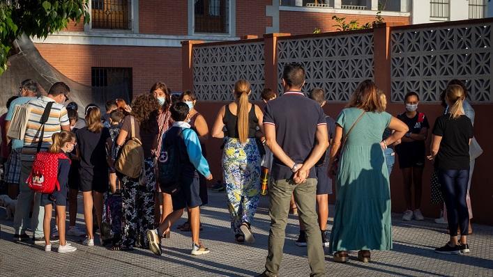 Padres y madres junto a alumnos del Colegio 'Velada'. Foto: Sergio Rodríguez