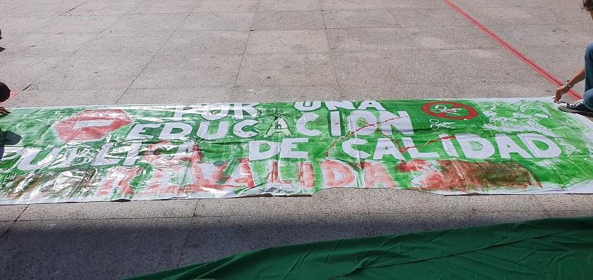 Una pancarta de Marea Verde. Foto: NG