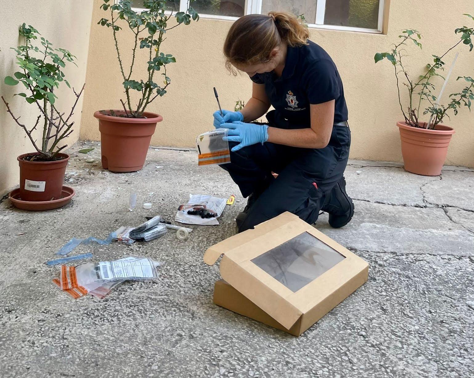 Una agente en la escena de uno de lo robos. Foto NG