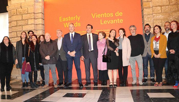 Foto de familia de la inauguración de la exposición en la Diputación de Cádiz