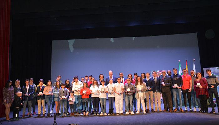 Fotografía de familia al término de la Gala al Deportista Sanroqueño