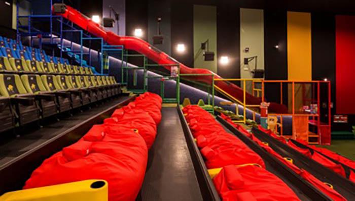 Sala junior, con tobogán y tumbonas, en Yelmo Cine de Algeciras