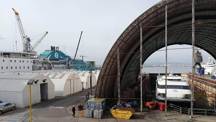 Buques de las líneas españolas del Estrecho en el astillero de Gibraltar. Foto Patricio González