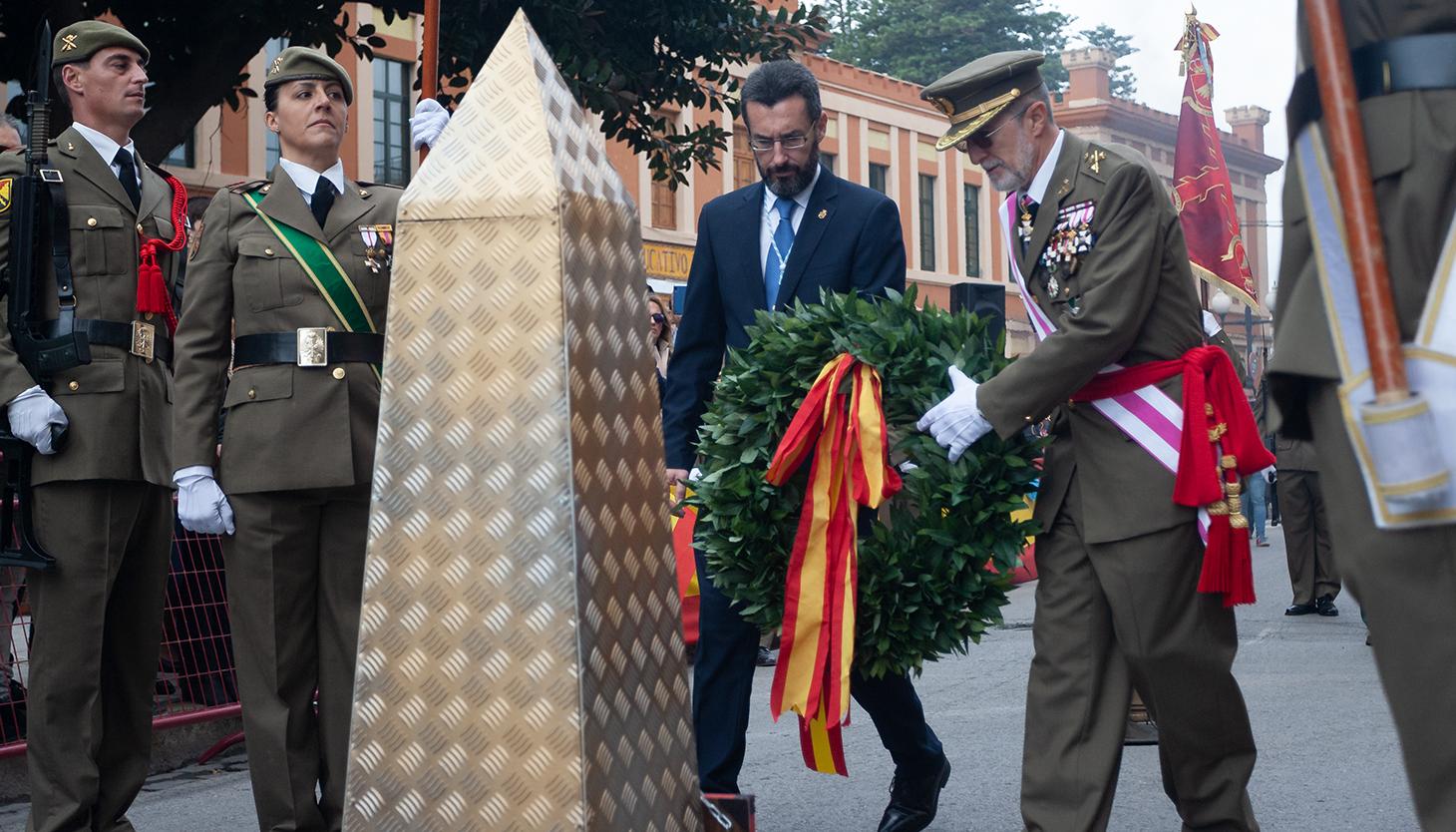 El alcalde Juan Franco y el general de división Antonio Romero depositan una corona en recuerdo a los caídos. Foto Sergio Rodríguez