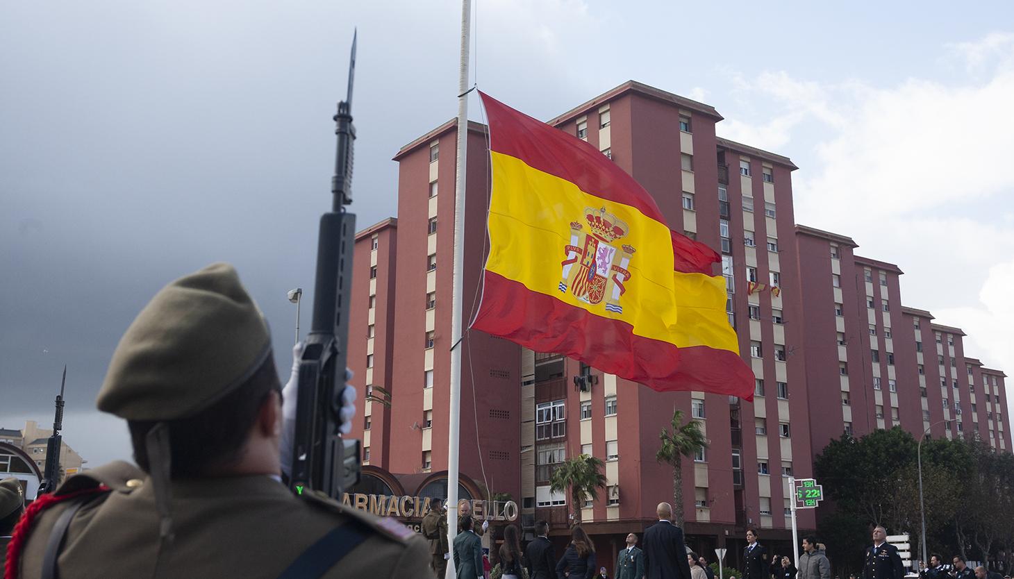 La bandera de España, en el mástil de La Línea. Foto Sergio Rodríguez