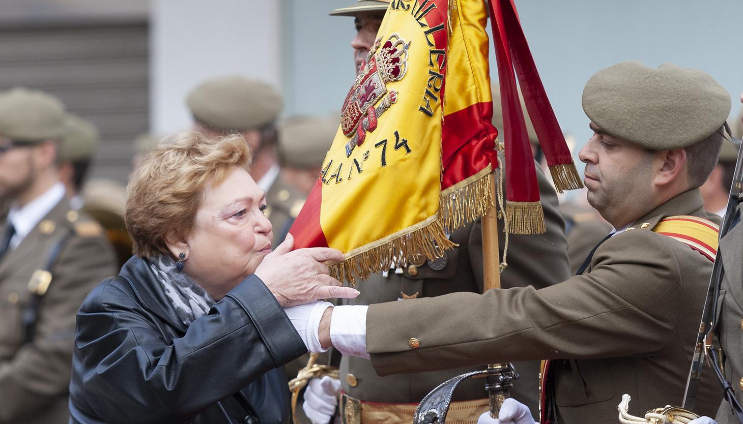 Una señora jura ante la bandera del RAAA 74. Foto Sergio Rodríguez