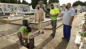 Los trabajos de desinfección en los cementerios de Algeciras, en marcha